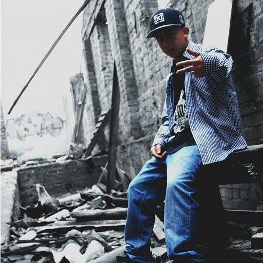 Arnold Gomez из Колумбии с новым видео на качающий трек «Estas Calles Están Solas»
