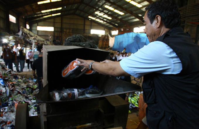 На Филиппинах уничтожили кроссовки Nike, Adidas, Converse, Sketchers, Lacoste, Vans, на сумму в 1 миллион долларов