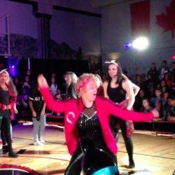 60-летняя учительница танцует хип-хоп