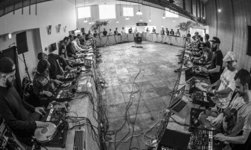 40 скрэтч ди-джеев пилят одновременно в одном помещении (DJ Qbert, Jazzy Jeff , DJ Craze, Shortcut, Skratch Bastid, Z-Trip)