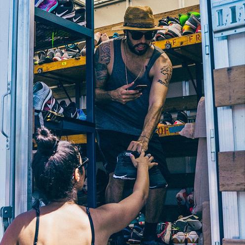 Коллекционеры кроссовок пожертвовали для бездомных 7000 пар редкой обуви