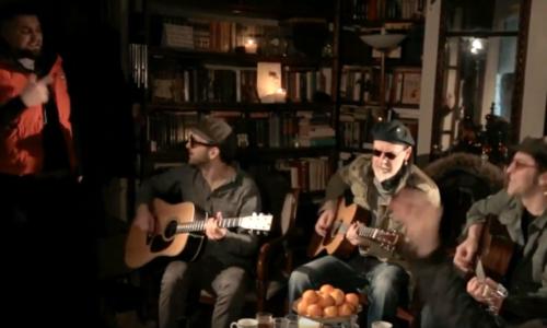 Баста спел на квартирнике вместе с «Бомж Трио»