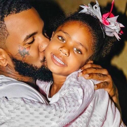 В День Отца рэперы поделились фотографиями своих детей и родителей